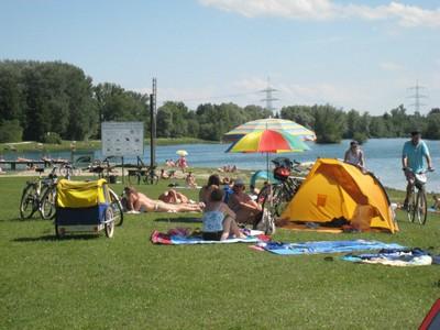 Bademöglichkeiten für Kinder und Erwachsene, ausgedehnte Liege- und Spielwiesen, ein großer Kinderspielplatz, Wanderwege, eine Gaststätte mit öffentlicher WC-Anlage, ein großer Besucherparkplatz stehen den Besuchern zur Verfügung.
