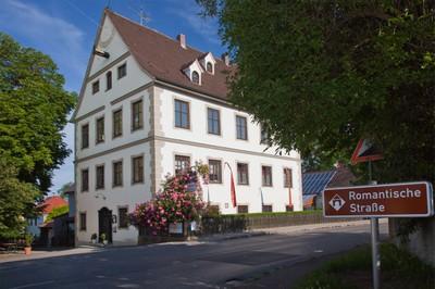 Im Jahr 1604 wurde Kissing Hofmark, d.h. die Jesuiten übten hier als Grundherren die niedere Gerichtsbarkeit über ihre Untertanen aus.