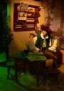 Figur des Bayerischen Hiasl in Lebensgröße auf einem Stuhl sitzend