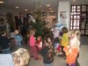 Kinder schmücken den Baum