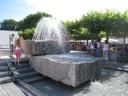 Abkühlung am Brunnen