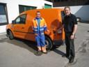 Armin Oswald und Alfred Schatz vor dem neuen Fahrzeug.