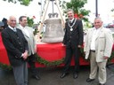 Gruppenfoto vor der neuen Glocke