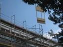 Ein neues Fassadenstück wird angebracht