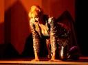 Sissi Perlinger kniend auf der Bühne
