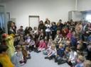 Die Kinder singen zusammen ein Lied zur Einweihung