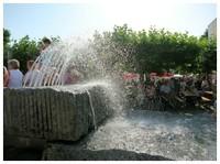 die sich rund um den Brunnen versammelten und das Fest genossen