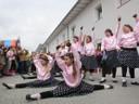 Eine Gruppe kleiner Tänzerinnen