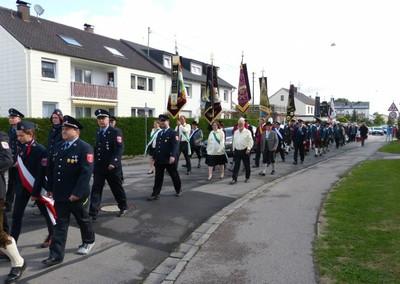 Zahlreiche Vereine, Einwohner und Besucher von außerhalb nahmen an dem Kirchenzug teil.