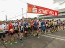 Alle Läuferinnen und Läufer beim Start.