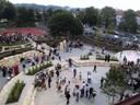 Der Pausenhof von oben (am Tag der Einweihung (2003); Foto: Gemeinde Kissing