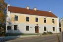 """Foto: Gemeinde Kissing;  Die """"Alte Schule"""" mit dem Hiasldenkmal"""